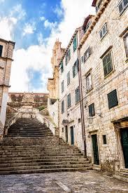 schmale treppen steile treppe und schmale straße in der alten stadt dubrovnik