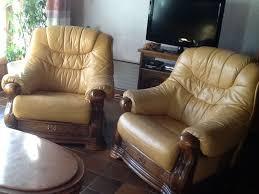 canapé cuir et bois rustique canap cuir jaune great bleu table basse design pas cher verre