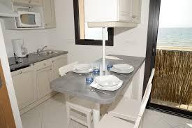 repas cuisine kitchenette coin repas avec vue sur mer cuisine pour studio