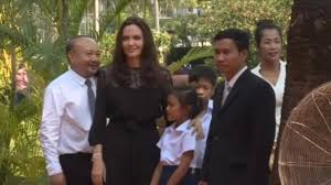 Jolie Chance Do 2017 Jpg Angelina Jolie Surrounded By Her Six Children In Cambodia For