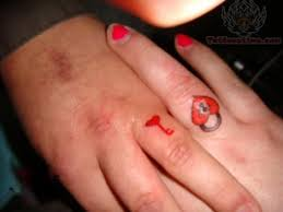 43 awesome hearts tattoos on finger