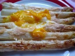 que cuisiner avec des oeufs asperges gratinées au parmesan avec un oeuf recette ptitchef