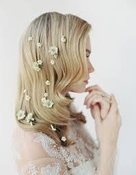 fleurs cheveux mariage des fleurs parsemées dans les cheveux pour le mariage des fleurs