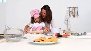mere et fille cuisine mère fille faire cuire hd stock 595 428 476 framepool