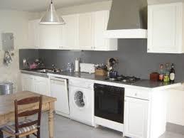 cuisine beton cire cuisine blanche et grise béton ciré sur sol plan de travail et