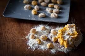 comment cuisiner des gnocchi gnocchi fondants au potimarron rôti et beurre de sauge et gato