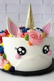 eine einhorn torte mit rosa und goldenem horn leckere torten
