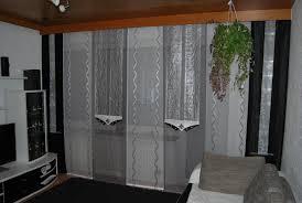 deko in grau wohnzimmer schiebevorhang in weiß silber und grau mit dunklen