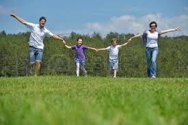 si e relax giovane famiglia felice con i loro bambini si divertono e relax all