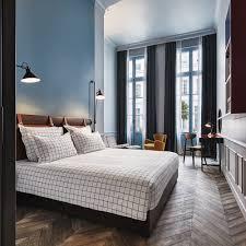 chambre toute une chambre toute bleue et tres lumineuse au hoxton hotel la