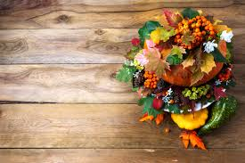 thanksgiving table centerpiece with autumn leaves on the rustic
