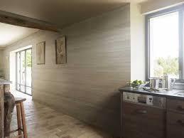 lambris pvc imitation bois clair dans cuisine ouverte