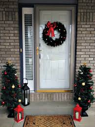 Easy Door Decoration For Christmas by Easy Christmas Decorating Inspiration For Moms