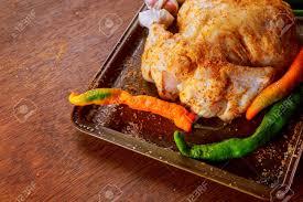 cuisiner cru poulet entier cru dans une casserole en fer mariné et prêt à