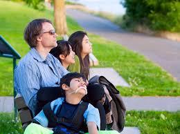 si e de handicap il ragazzo disabile in sedia a rotelle con la famiglia all aperto il