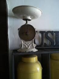 balance de cuisine ancienne ancienne balance de cuisine authentique avec ses traces du passé