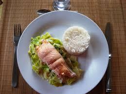 cuisiner saumon congelé pavé de saumon fondue de poireaux et riz basmati dans la cuisine