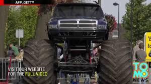 monster truck crash videos youtube monster truck accident lors d u0027une démonstration d u0027automobiles aux