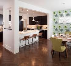 Schlafzimmer Dunkler Boden Schwarze Küche Kabinett Geräte Laminiert Parkett Boden Weiße Wand