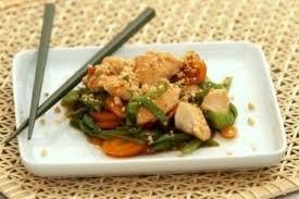 recette cuisine wok recette de wok de poulet aux cacahuètes carottes et pois