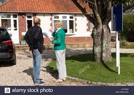 Wie Ein Haus Kaufen House Sales Stockfotos U0026 House Sales Bilder Seite 3 Alamy