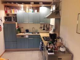 beistellwagen küche küche mit gasherd spüle kühlschrank und beistellwagen in