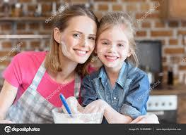 mere et fille cuisine mère et fille de cuisine photographie dmitrypoch 143248903