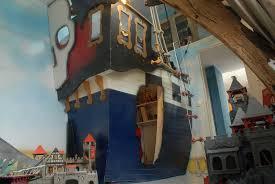 chambre garcon pirate lit pirate enfant avec la forme dun vrai bateau cabanologue chambre