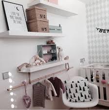 magasin chambre bebe une branche comme penderie pour décorer la chambre de bébé nursery
