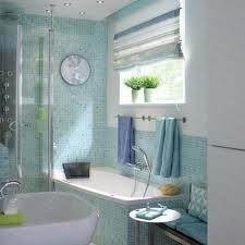 kleine badezimmer fliesen kleine badezimmer wanne blau fliesen waschbecken idee hausbau