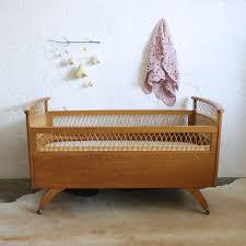 le sur pied chambre bébé lit bébé rotin et bois vintage b508 lit bébé en bois pied de