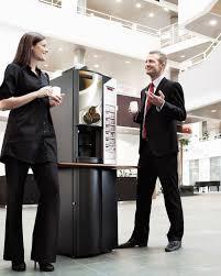 machine à café de bureau employes discutent machine cafe daily