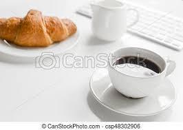 petit d駛euner au bureau café bureau business tasse croissant fond bureau
