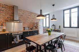 cuisine avec table parquete en bois noir crème de haut bas rideau table dîlot pin et