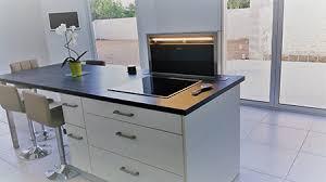 cuisine stratifié cuisine plan de travail stratifie noir plaque et hotte ascenseur