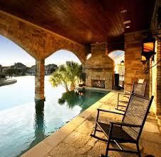 amenagement piscine exterieur une cheminée extérieure à côté d u0027une piscine design outdoor