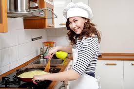 chef cuisine femme femme asiatique dans le chapeau blanc de chef préparant une