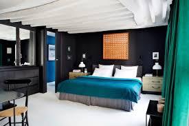 chambre noir et turquoise bleu pétrole comme accent de l intérieur d un duplex parisien