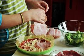 cuisiner une pizza photo gratuite pizza cuisiner avec des enfants image gratuite
