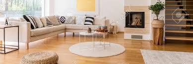 canapé d angle bois escaliers en bois dans le salon moderne avec canapé d angle et