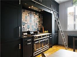 cuisine avec cave a vin cuisine meubles noirs hauts avec échelle coulissante fourneau la