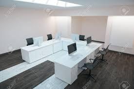 bureaux blanc vue de côté de l intérieur de bureaux moderne avec plancher en bois