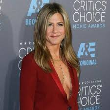 hair style for women age 48 with long curly hair jennifer aniston shows how she still rocks a bikini at age 48 stomp