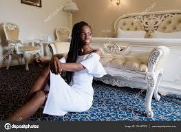 chambre style africain jolie femme africaine dans l u0027hôtel de luxe européen modèle assis