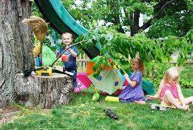 giardino bambini fate giocare i bambini in giardino giovani genitori