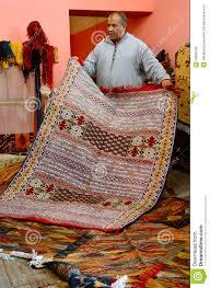 venditore di tappeti tappeti marocchini tradizionali fotografia stock editoriale