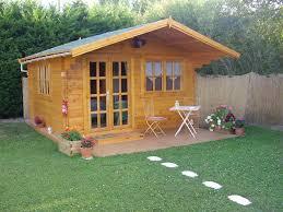 construire son chalet en bois comment réparer la toiture de votre abri de jardin bricolage