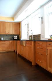 Kitchen Counter Backsplash by Best 25 Cherry Cabinets Ideas On Pinterest Cherry Kitchen