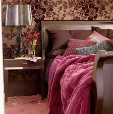 vorschläge für wandgestaltung ockra farbe und braune blumenfiguren an der wand im schlafzimmer
