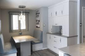 cuisine avec comptoir armoires de cuisine avec portes en polyester gris et banquette avec
